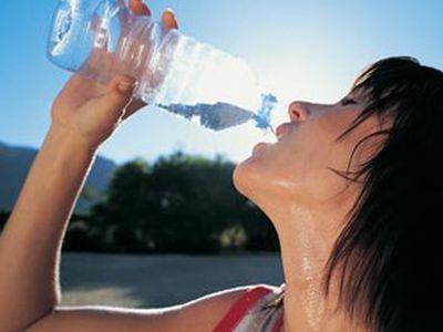 Человек пьёт воду