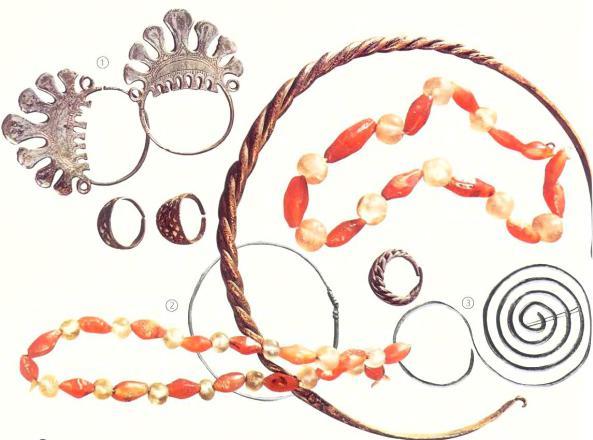 Украшения славянских женщин - бусы из сердолика и хрусталя, шейная гривна и перстни вятичей