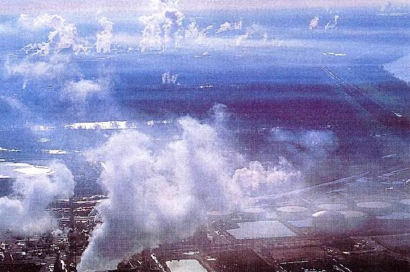 Заводы выбрасывают сернистый газ