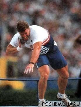 Спортсмен толкает ядро