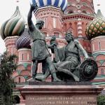 Что олицетворяет памятник Минину и Пожарскому?