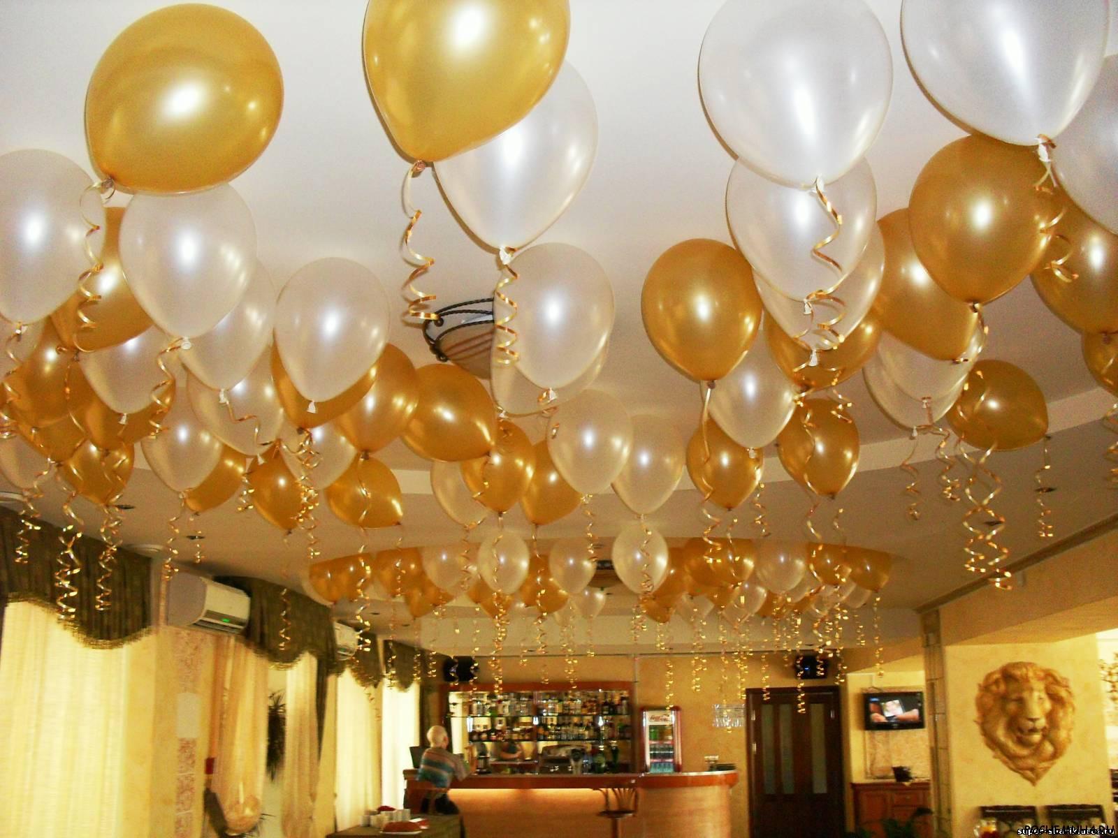Украшение золотыми шарами фото