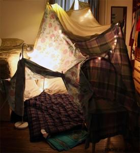 Как сделать форт из одеял и подушек?