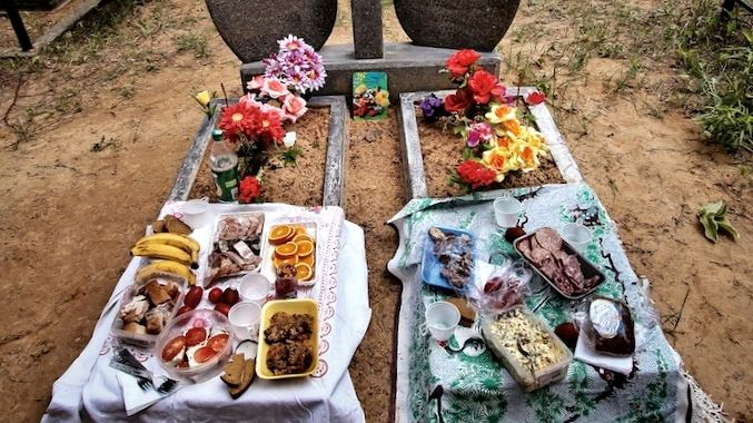 Почему употребление еды и напитков на могилах считается пережитком язычества?
