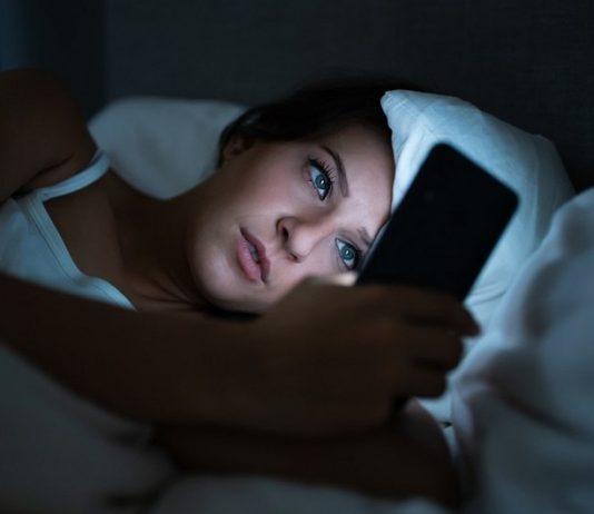 Почему вредно пользоваться мобильным телефоном перед сном?